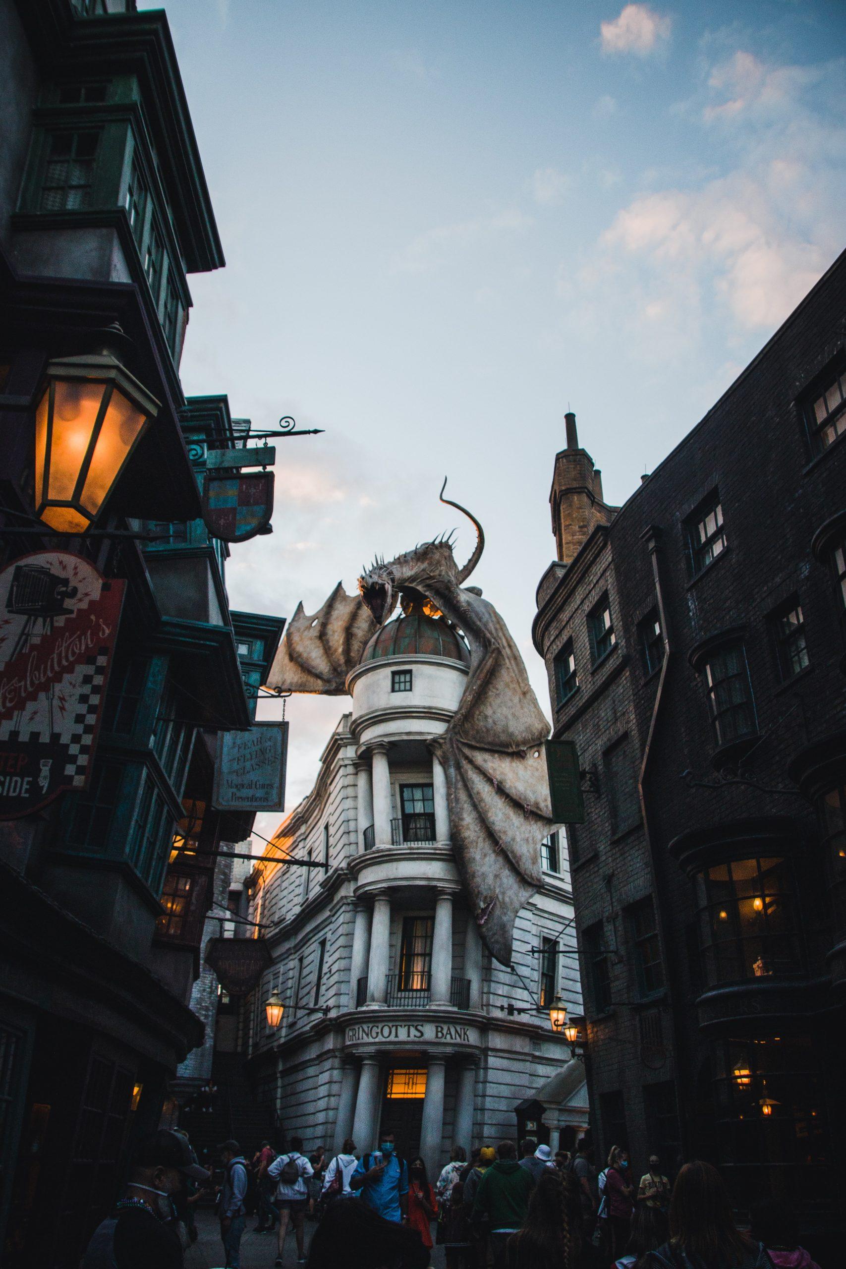 Bild der Gringotts Bank aus Harry Potter mit Drache